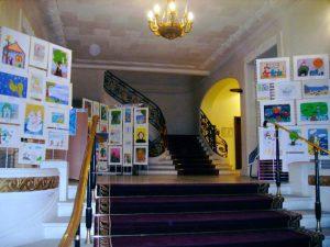 Организвция выставки рисунков по сказкам Пушкина